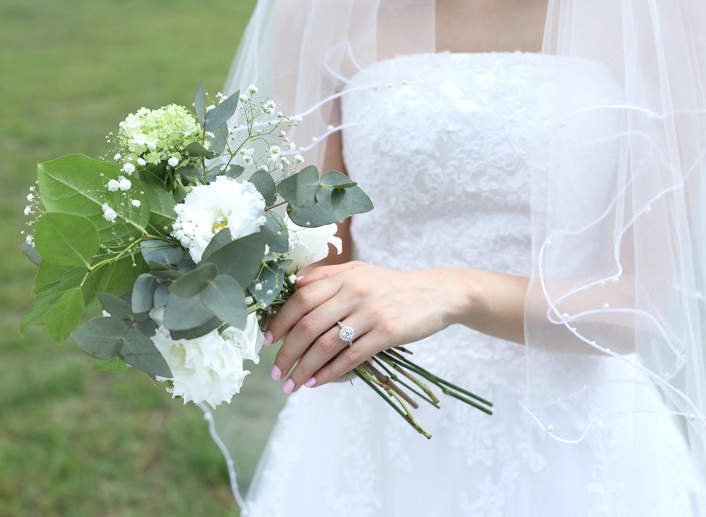 白い花と婚約指輪 結婚式のブーケ
