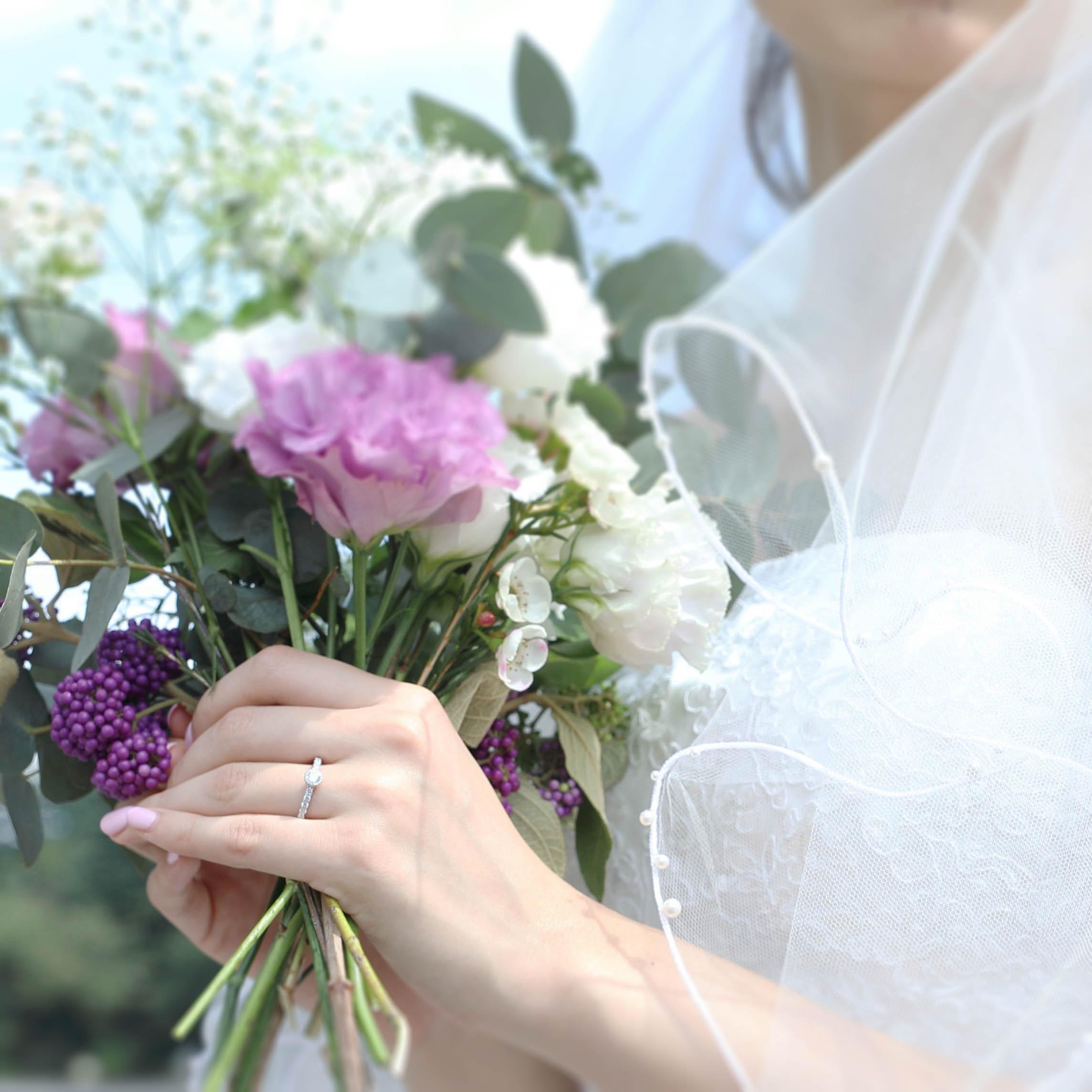 紫のお花と婚約指輪 結婚式のブーケ