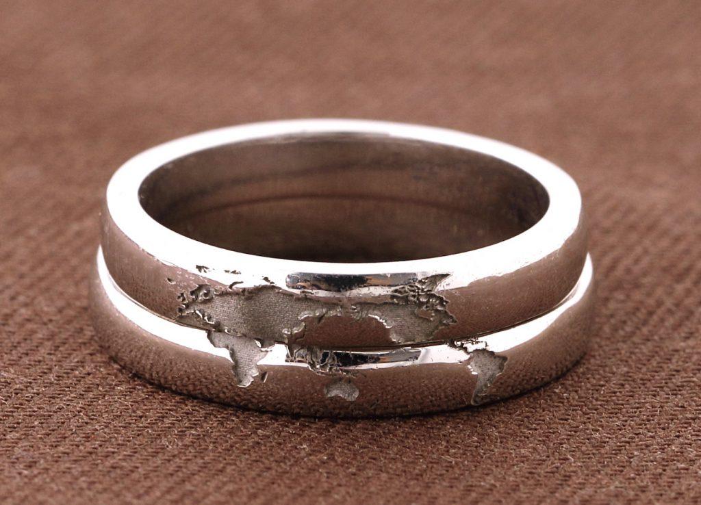 世界地図を入れた結婚指輪