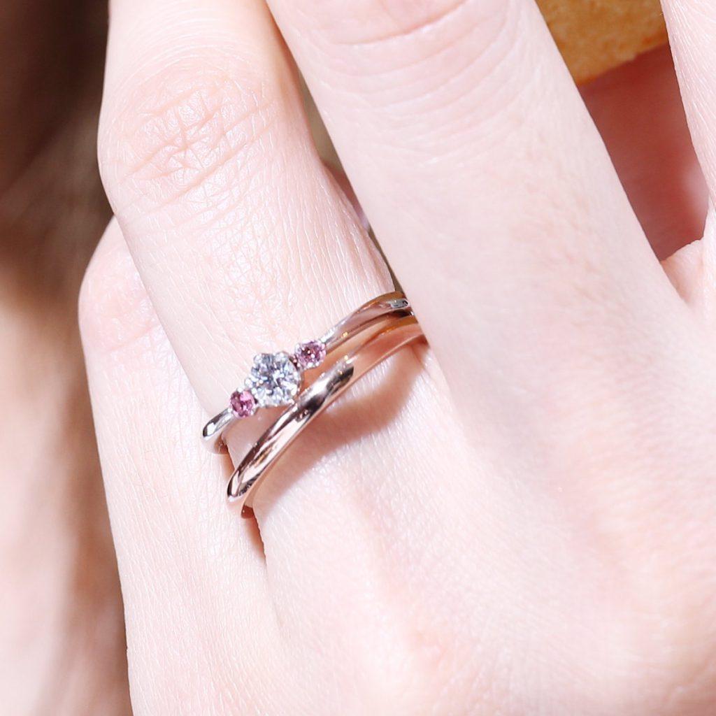 結婚指輪と婚約指輪の重ねづけ例06