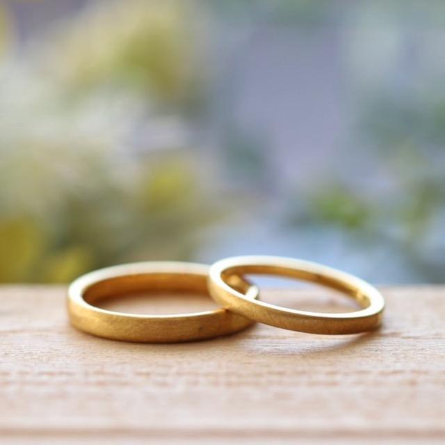 マットなゴールドの結婚指輪