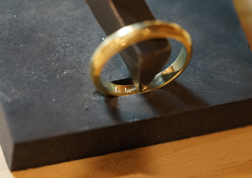 刻印されたの結婚指輪の写真