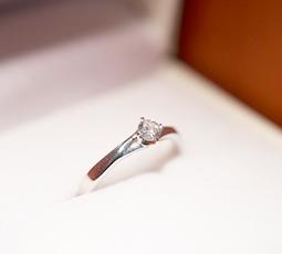 4本爪の結婚指輪