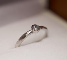 覆輪留めの結婚指輪