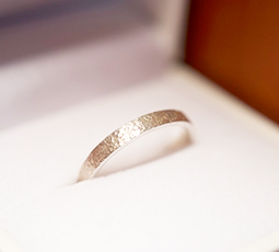 荒らし金鎚仕上げの結婚指輪