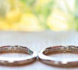 レーザー刻印された結婚指輪