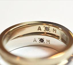 手打ち刻印・文字彫り機で刻印された結婚指輪