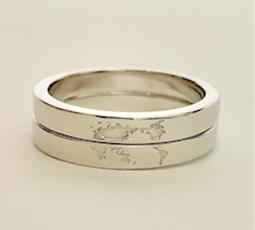 2本で一つの絵になる刻印加工された結婚指輪