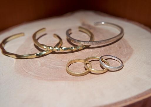 手作りの指輪とバングルの写真