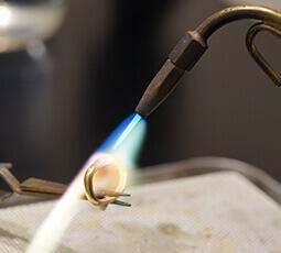 指輪を溶接している写真