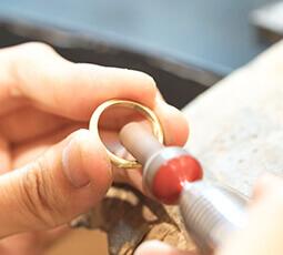 指輪を磨いている写真