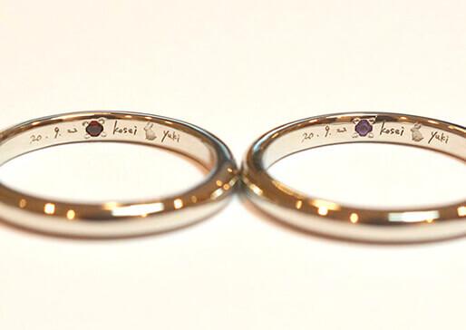 宝石留めや刻印された手作り指輪の写真