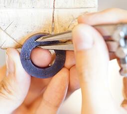 ワックスの大枠を指輪の形に削っている写真