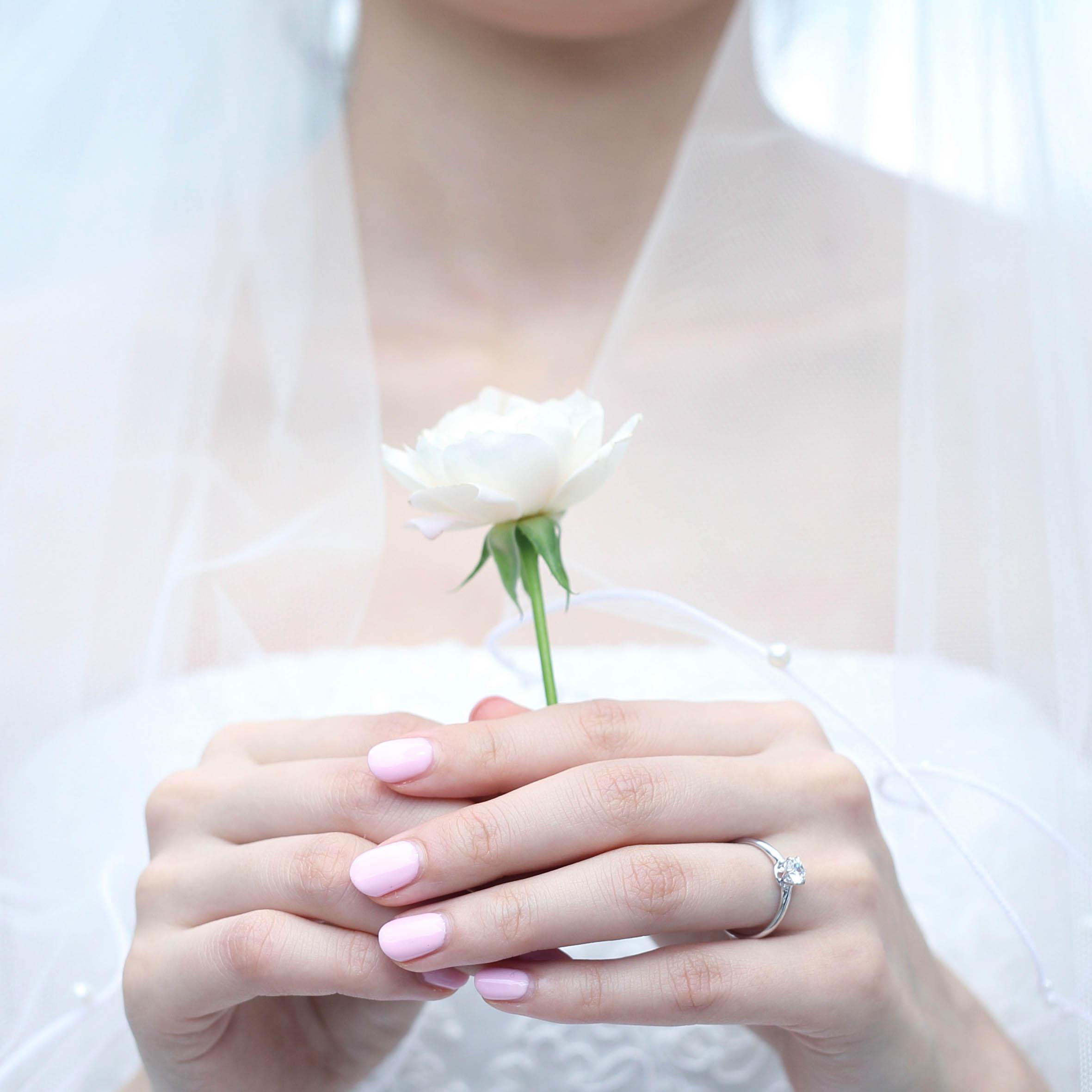 バラの花と婚約指輪 結婚式のブーケ