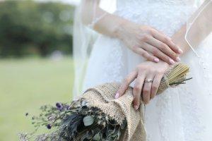 ウエディングドレスと指輪、花嫁