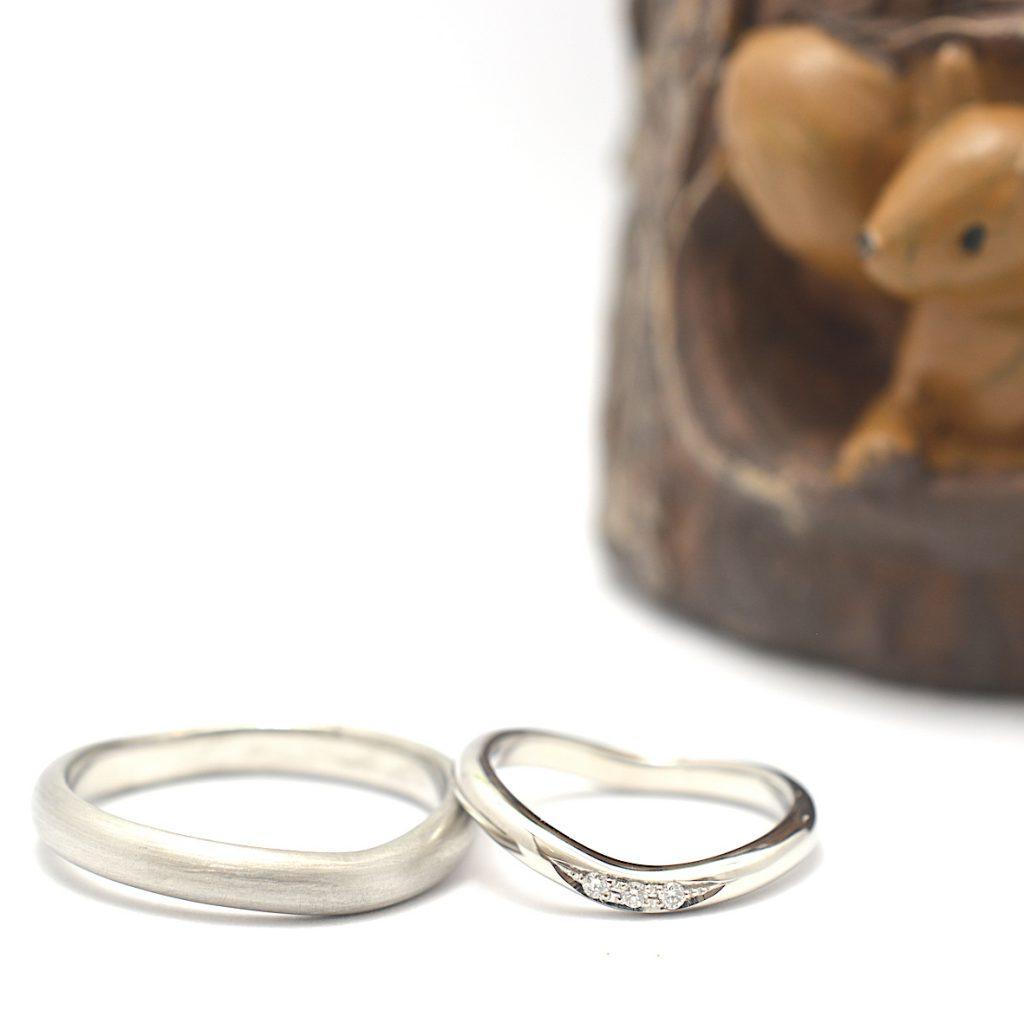 つや消しとダイヤモンドが特徴的な、手作り結婚指輪の作品例