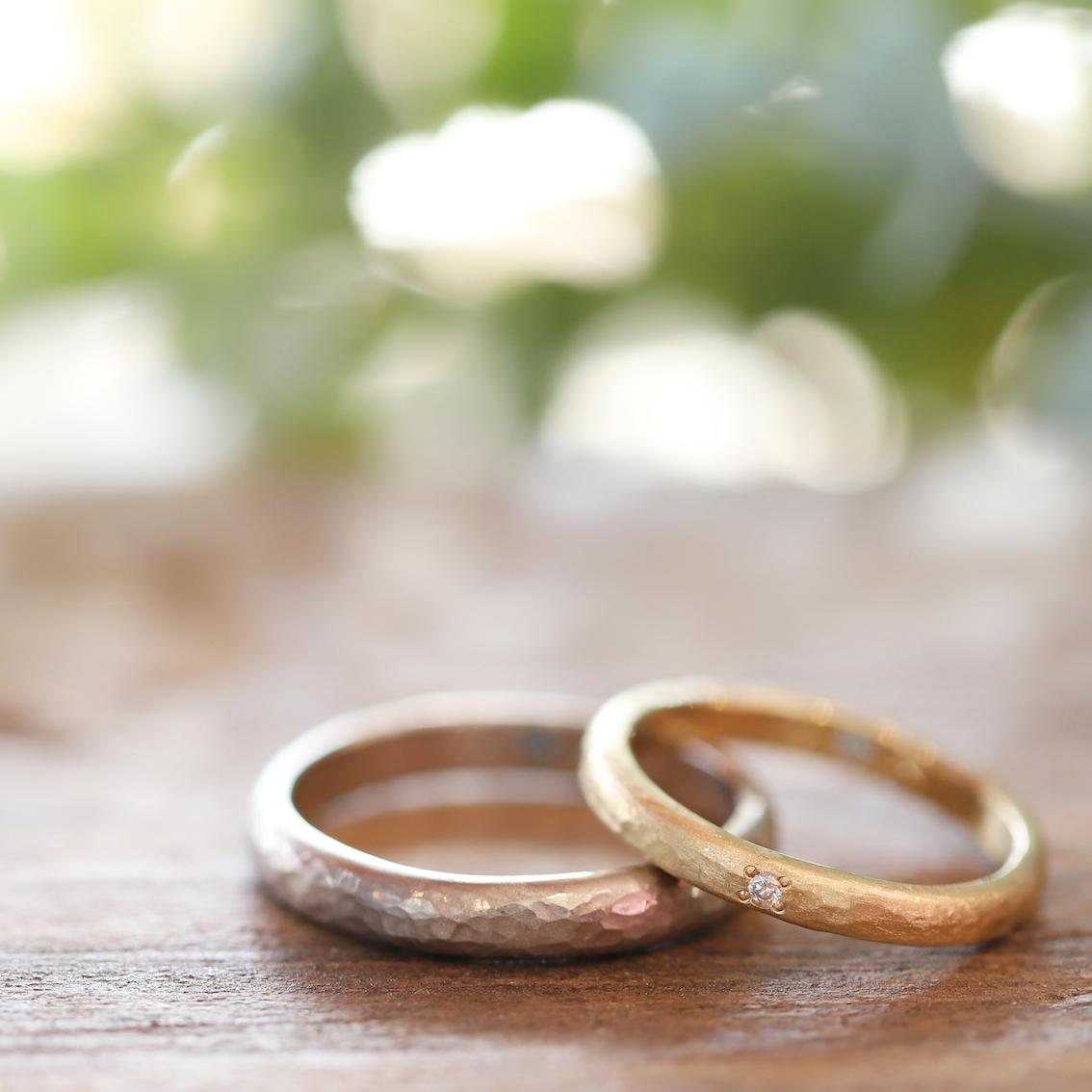 つや消しのハンマー仕上げの結婚指輪 ダイヤモンドが映える