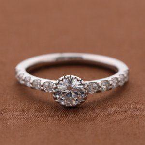 プロポーズに最適な婚約指輪の素材とは?