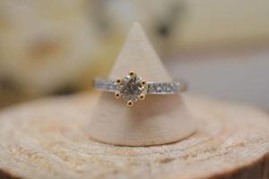 プロポーズで喜ばれる婚約指輪とは?
