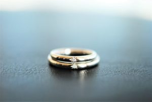 夫婦ペアで宝石を楽しむマリッジリング