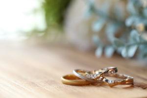 結婚指輪・婚約指輪の費用はいくら?年代別・セット・兼用の相場価格